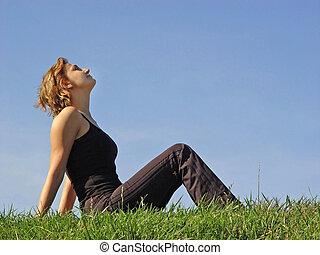 אישה, ב, דשא