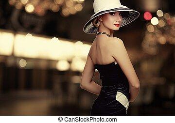 אישה, ב, כובע, מעל, מטושטש, רקע.