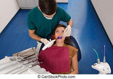 אישה, חולה, אור, של השיניים, א.ו., צעיר, ציוד, טיפול, להעצר