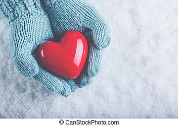 אישה, ידיים, ב, אור, טאיל, סרוג, כסיות, are, להחזיק, יפה, מבריק, לב אדום, ב, השלג, רקע., אהוב, רחוב., ולנטיין, מושג