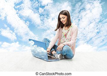 אישה יושבת, מעל, שמיים, אלחוטי, רקע., מחברת, computer., להדפיס, להשתמש, ילדה, מחשב נייד