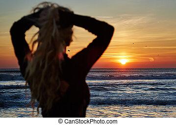 אישה יפה, על החוף, ב, עלית שמש