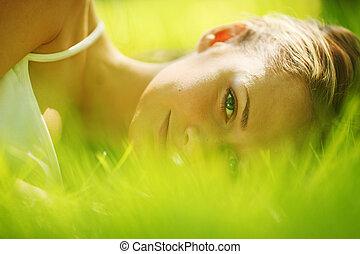 אישה, ישן, ב, דשא