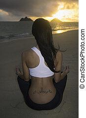 אישה מהרהרת, על החוף