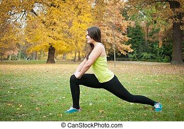 אישה, מופיע, למתוח, לפני, ריצה באיטיות