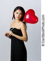 אישה מחזיקה, a, לב עיצב, balloon, ל, יום של ולנטיינים