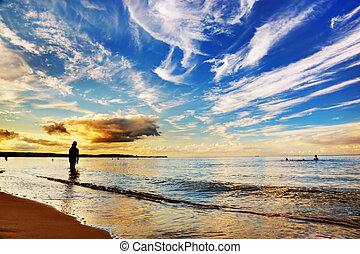 אישה עומדת, ב, ocean., דרמטי, שמיים של שקיעה