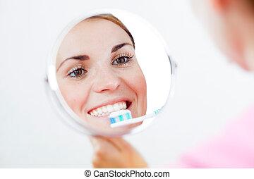 אישה, עם, מברשת שיניים, זהירות של השיניים