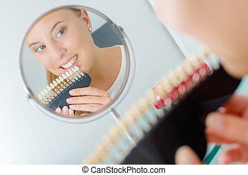 אישה, עם, קבע, של, שיניים