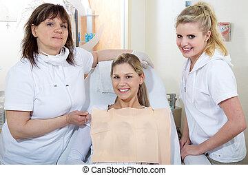 אישה, עם, קוסמטי, של השיניים, התחבר
