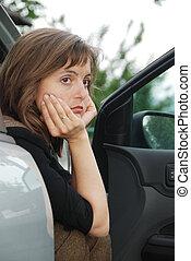 אישה עצובה, במכונית