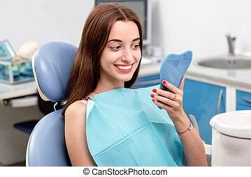 אישה צעירה, חולה, לבקר, רופא שניים, ב, ה, משרד של השיניים
