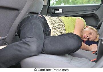 אישה צעירה, ישן, במכונית