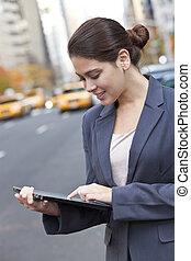 אישה צעירה, להשתמש, קדור, מחשב, ב, עיר של ניו היורק