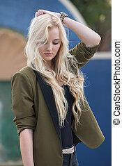 אישה צעירה, עם, שיער של בלונדינית