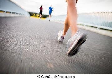 אישה צעירה, ריצה באיטיות, בחוץ