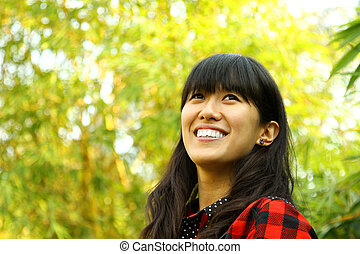 אישה שמחה, אסייתי, טבע