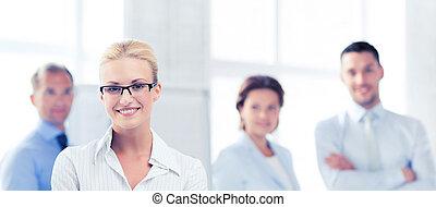 אישת עסקים, ב, משרד