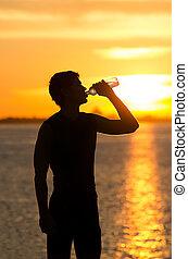 איש, לשתות בקבוק של מים, על החוף, ב, עלית שמש