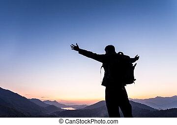 איש עומד, ב, ה, הר, עם, שלו, ידיים פתוחות רחבות