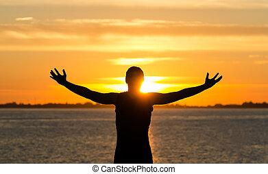 איש, עם, ידיים פתוחות רחבות, על החוף, ב, עלית שמש