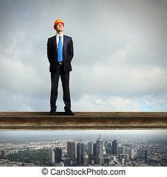 איש עסקים עומד, ב, ה, אתר של בניה