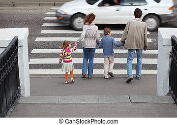 אמא ואבא, מחזיק, העבר, של, קטן, ילדה וילד, ו, is, ללכת, לעבור, דרך, אחרי, לבן, מכונית