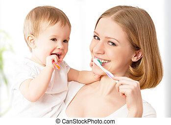 אמא וילדה, תינוקת, לצחצח, שלהם, שיניים, ביחד