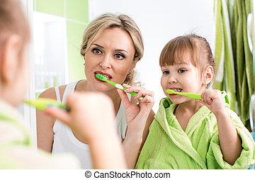 אמא, עם ילד, לצחצח שיניים
