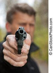 אקדח, מטרות, איש