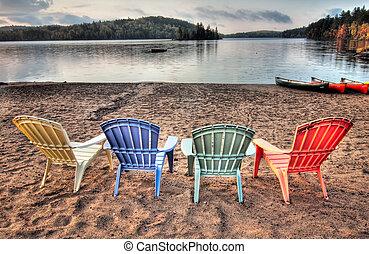 ארבעה, כסאות, מעל, אגם, להסתכל, חצר מרוצפת