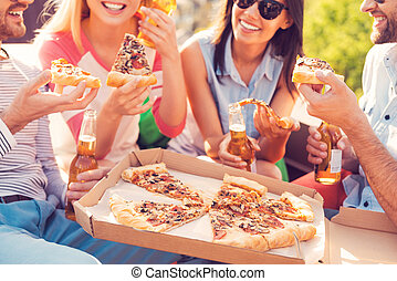 ארבעה, צילום מקרוב, לאכול, אנשים, צעיר, שמח, בירה, בחוץ, לשתות, time!, פיצה