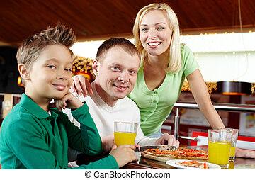 ארוחת צהרים, משפחה