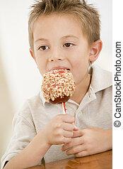 בחור, לאכול תפוח עץ, צעיר, ממתק, בבית
