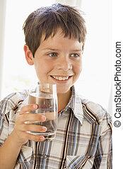 בחור, צעיר, השקה, בבית, לשתות, לחייך