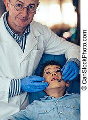 בחור קטן, ב, רגיל, בדיקה כללית של השיניים