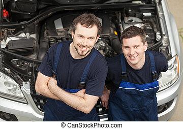 בטוח, mechanics., הציין השקפה, של, שני, שמח, מכונית, מכונאות, להסתכל במצלמה, ו, לחייך