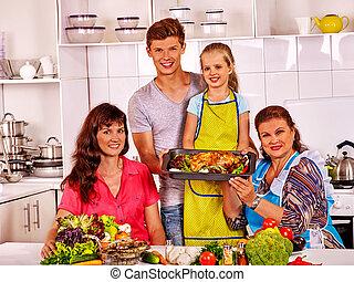 בישול של משפחה, kitchen., ילד, סבא, עוף, שמח