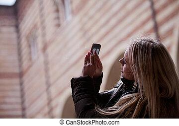 בלונדינית, תייר, לקחת צילומים, בעיר