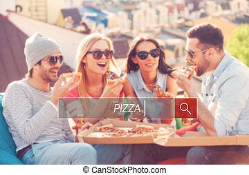 בנין, ארבעה, בזמן, לאכול, אנשים יושבים, שעועית, גג, צעיר, שמח, שקיות, בירה, time., לשתות, פיצה