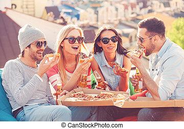 בנין, ארבעה, לאכול, pizza., לשבת, אנשים, צעיר, גג, בזמן, שמח, שקיות, שעועית, לשתות, בירה, ידידים, פיצה