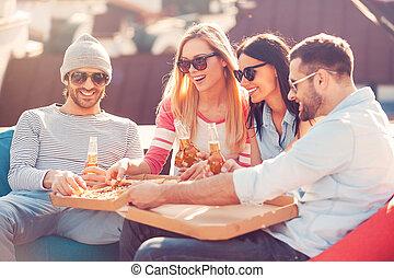 בנין, ארבעה, להנות, לאכול, לשבת, אנשים, צעיר, גג, בזמן, שמח, שקיות, שעועית, ביחד., לשתות, בירה, פיצה