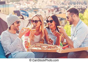 בנין, שקיות, בזמן, לאכול, אנשים יושבים, שעועית, גג, צעיר, ארבעה, בירה, time., לשתות, שמח, פיצה