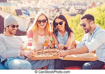 בנין, שקיות, לאכול, ארבעה אנשים, לשבת, שעועית, צעיר, גג, בזמן, שמח, בירה, friends., לשתות, להנות, פיצה