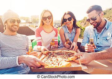 בנין, שקיות, לאכול, ארבעה אנשים, pizza!, לשבת, שעועית, צעיר, גג, בזמן, שמח, בירה, זמן, לשתות, פיצה