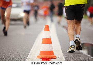 גדול, צבע, קונוס, ב, דרך, בין, לרוץ, אנשים, השקפה של צילום המקרוב