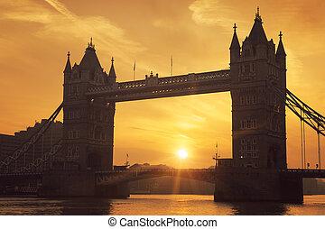 גשר של מגדל, ב, עלית שמש