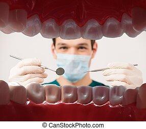 הבט, ב, צעיר, זכר, רופא שניים, להחזיק, כלים של השיניים, מ, חולה, פה