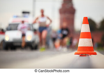 השקפה של צילום המקרוב, של, צבע, קונוס, ב, דרך, ברקע, של, לרוץ, איש
