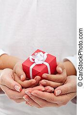 ה, שימחה, של, לתת, -, קטן, קופסה של מתנה, ב, אישה וילד, ידיים